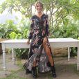 Camila Coelho usou vestido floral fendado e coturno Versace para apresentar sua coleção para a Riachuelo