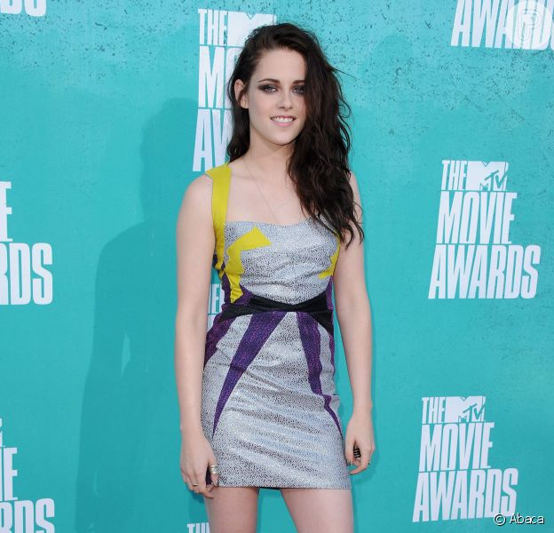 Kristen Stewart deixou as pernas à mostra ao usar um vestido curtinho da grife GUiSHEM e escarpim preto Christian Louboutin no MTV Movie Awards 2012