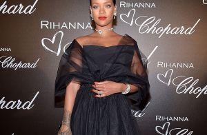 Rihanna, repleta de brilhantes e com look preto, lança linha de joias em Cannes