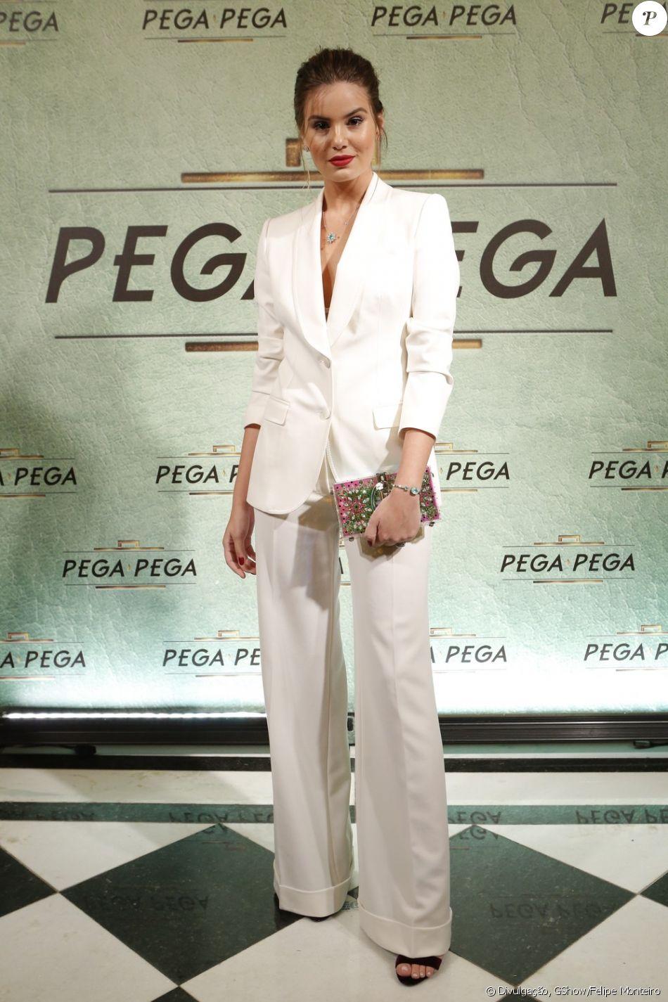Camila Queiroz, protagonista de 'Pega Pega', vestiu conjunto Dolce & Gabbana na festa de lançamento da novela, nos Estúdios Globo, no Rio, nesta quinta-feira, 18 de maio de 2017