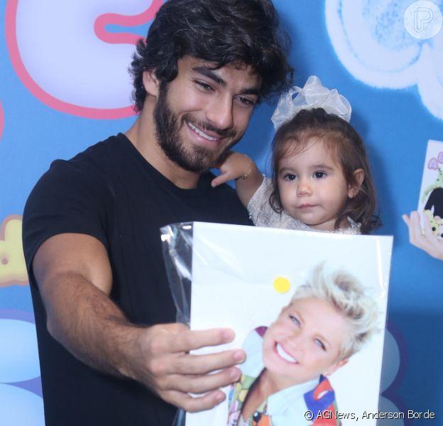 Hugo Moura levou Maria Flor, sua filha com Deborah Secco, para assistir ao lançamento do DVD de Xuxa