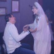 Namorada de Edson Celulari usa lingerie no teatro e ator prestigia na plateia