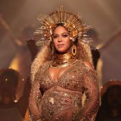 Grávida de gêmeos, Beyoncé reúne amigos em chá de bebê com tema africano