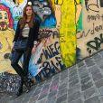Marina Ruy Barbosa apostou em  uma calça de couro, bota e blazer preto para passear no bairro boêmio  Montmartre
