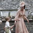 Por ser mais velho, George foi repreendido pela mãe depois de pisar no vestido da tia
