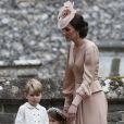 Kate Middleton reclamou com George após ele ter pisado em vestido da noiva, como indicou o Daily Mail