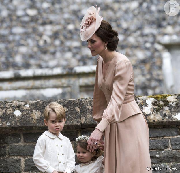 Príncipe George chorou no casamento da tia, Peppa Middleton, após levar bronca da mãe, Kate, por ter pisado em vestido da noiva, como indicou o Daily Mail