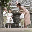 Kate Middleton conversa com os pajens do casamento da irmã, Peppa