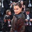 Irina Shayk usou um longo com transparência para a pré-estreia do longa 'O Estranho Que Amávamos'