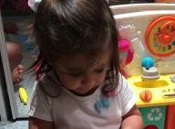Deborah Secco filma filha, Maria Flor, aprendendo as letras: 'P de papai'. Vídeo