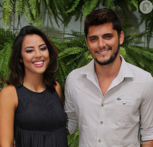 Bruno Gissoni posa com filha, Madalena, no colo e ao lado da ex-namorada Yanna Lavigne neste sábado, dia 27 de maio de 2017