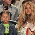 Beyoncé foi clicada com o marido, Jay-Z, e com a filha, Blue Ivy, em jogo de basquete