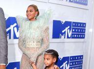 Beyoncé, grávida de gêmeos, posa de biquíni segurando a filha, Blue Ivy. Foto!