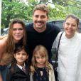 Mariana Goldfarb acompanhou o namorado, Cauã Reymond, na festa de 5 anos da filha dele, Sofia