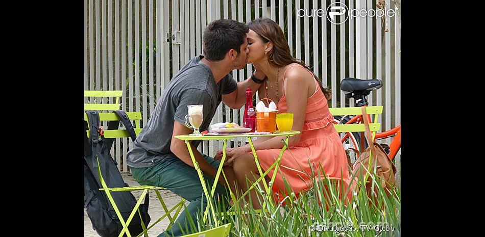 Num encontro com o namorado, Luiza (Bruna Marquezine) usa um modelo laranja bem fresquinho e com babados abaixo do busto, em cena da novela 'Em Família'