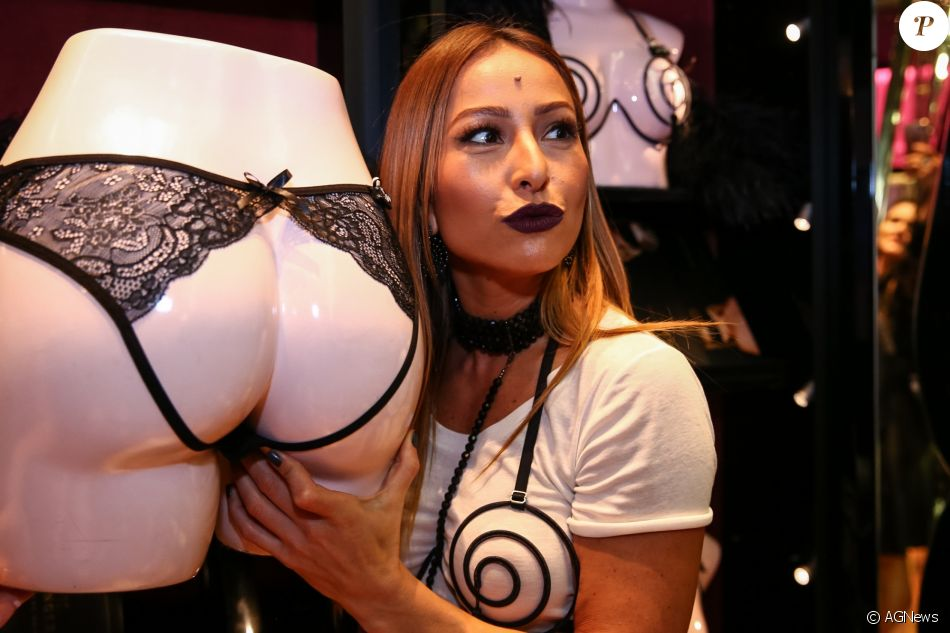 1cd7e8bac2854 Sabrina Sato chama atenção por look inspirado no sadomasoquismo em evento  de lingerie