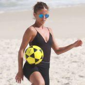 Fotos: Fernanda de Freitas joga altinha na praia e esbanja boa forma aos 37 anos