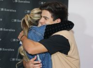 Larissa Manoela ganha abraço de Thomaz Costa em lançamento de livro em SP. Fotos