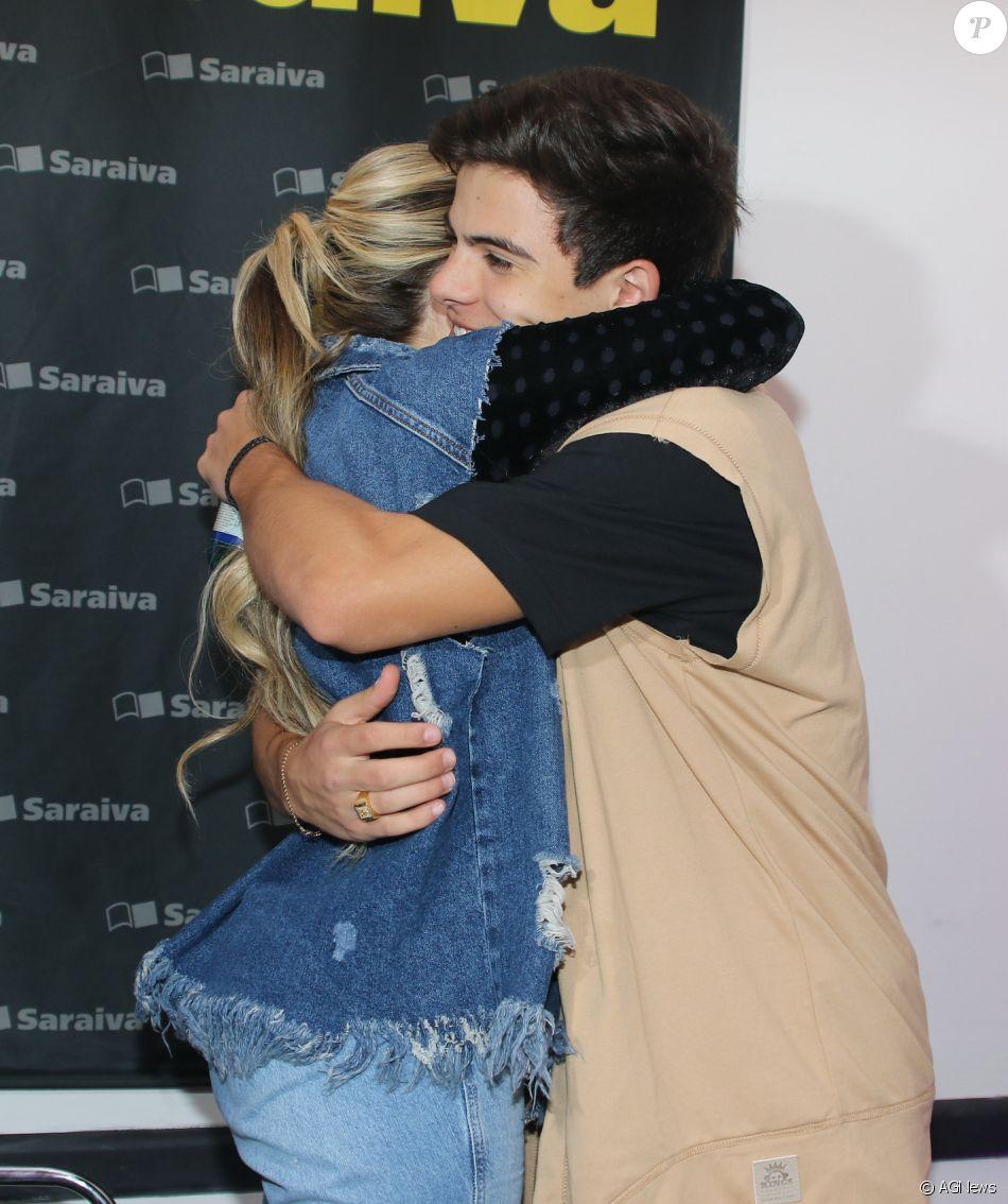 98d7c5be02126 Larissa Manoela ganha abraço de Thomaz Costa em lançamento de livro em São  Paulo nesta sexta