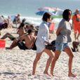 Bruna Linzmeyer aproveita folga na agenda para se bronzear com a namorada em praia da Cidade Maravilhosa