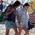 Bruna Linzmeyer curte folga de novela em praia carioca com a namorada