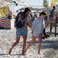 Bruna Linzmeyer vai á praia de mãos dadas com a namorada. Veja fotos feitas neste domingo, 04 de junho de 2017