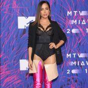 Anitta aposta em bota de couro com cetim que vai até o quadril e custa R$ 14 mil