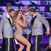 Jennifer Lopez fica 'travada' em coreografia e dançarinos a ajudam a levantar