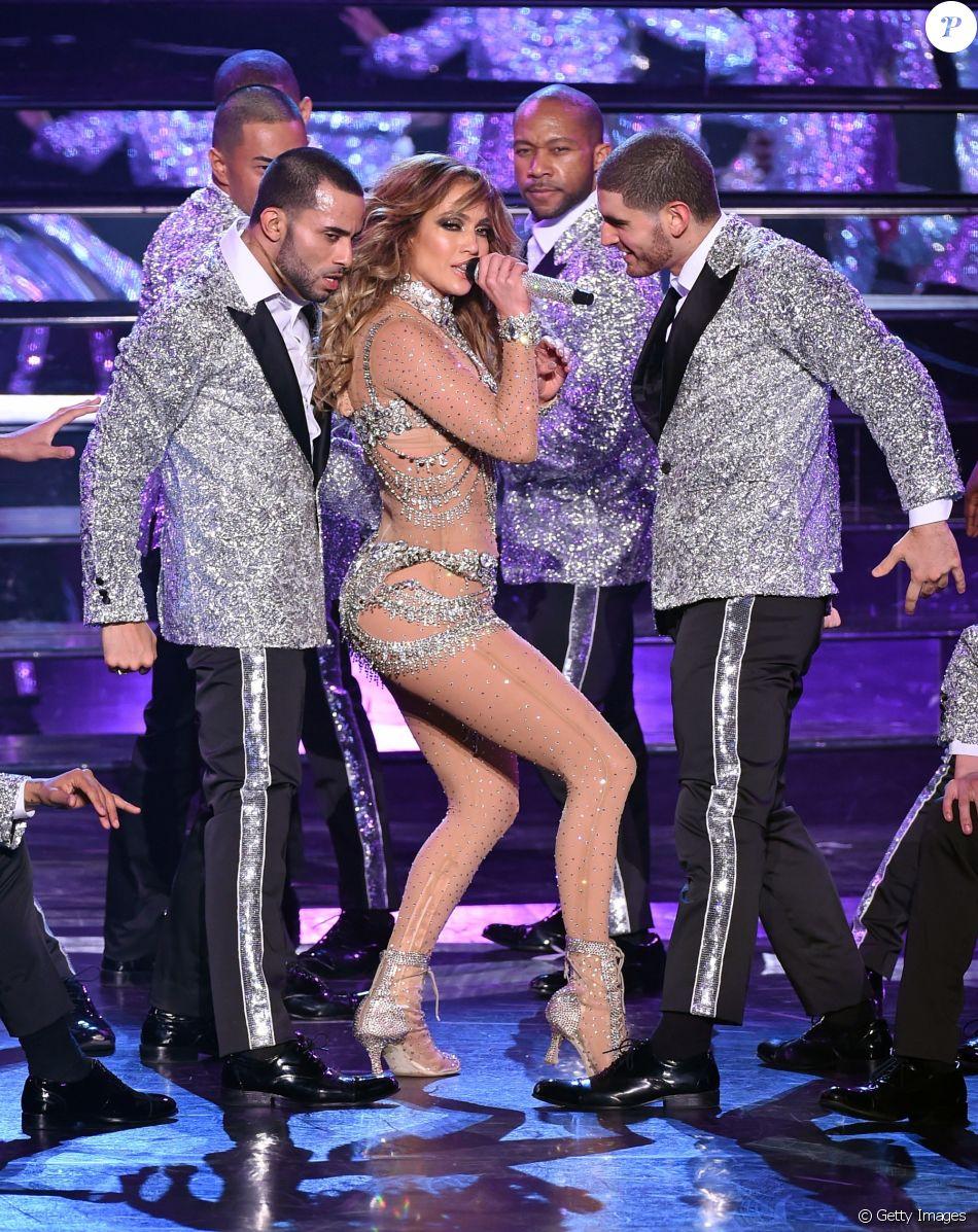 Jennifer Lopez escorrega em show e precisa de ajuda para levantar