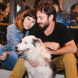 Fernanda Paes Leme posa com o namorado, Vinícius Longato, e um dos seus cachorros, o Google, a evento na noite desta terça-feira, 6 de junho de 2017
