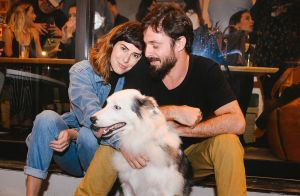 Fernanda Paes Leme leva o namorado e o cachorro Google a evento. Fotos!