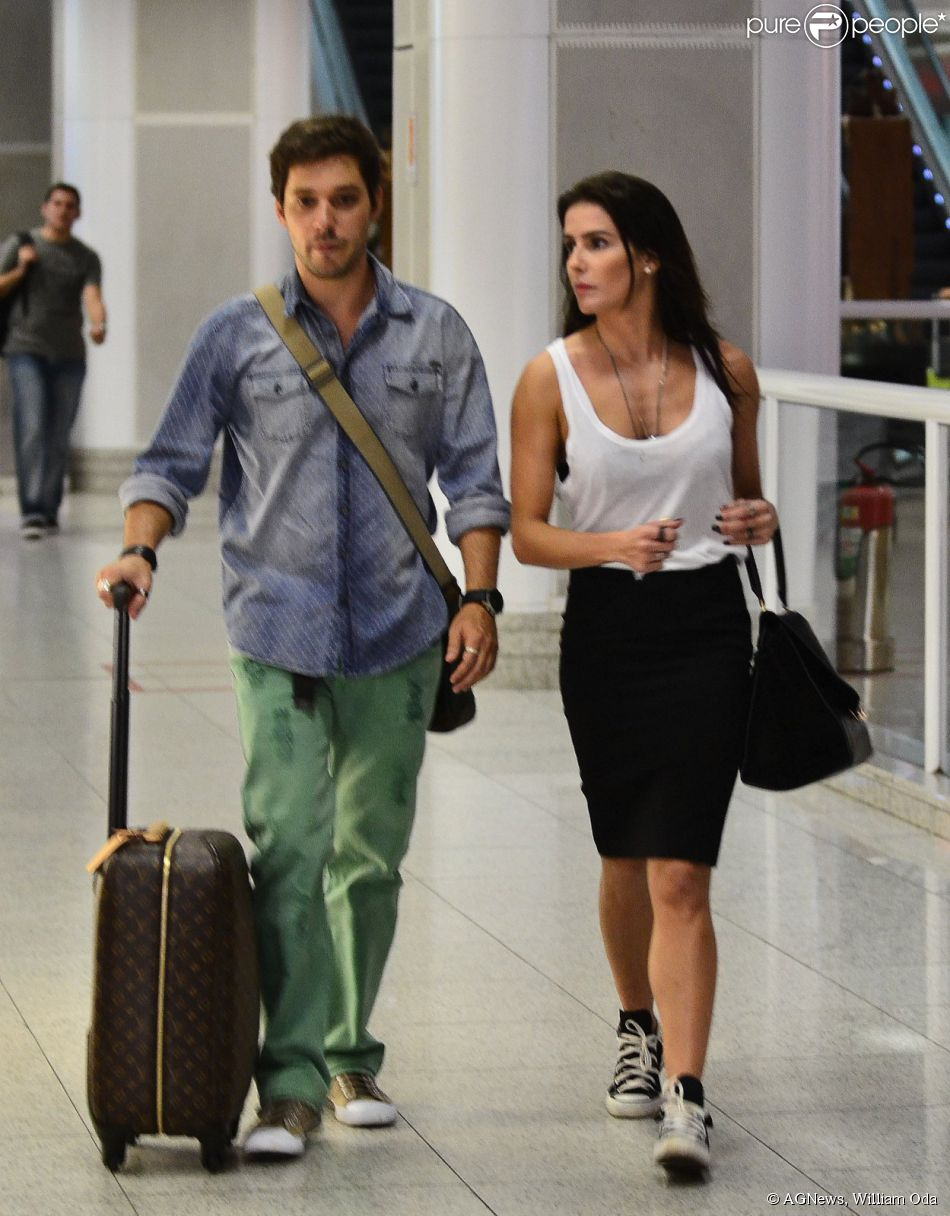 Deborah Secco e   Bruno Torresembarcaram em aeroporto no Rio