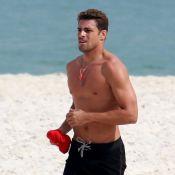 Cauã Reymond mostra corpo sarado e novo visual ao se exercitar em praia. Fotos!