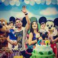 Juliana Paes e Carlos eduardo Batista posam com os filhos no aniversário de 3 anos de Pedro