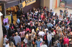 15a6441642b26 Larissa Manoela reúne multidão de fãs mirins no lançamento de seu livro no  Rio