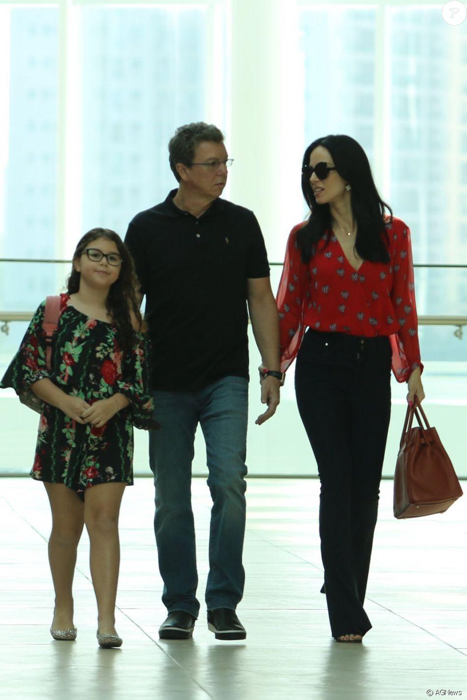Ana Furtado e Boninho foram fotografados por paparazzi durante passeio no shopping Village Mall, no Rio de Janeiro, neste domingo, 11 de junho de 2017