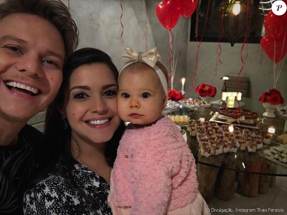 Thais Fersoza e Michel Teló vestiram a pequena Melinda de caipira para o chá de bebê de Teodoro, segundo filho do casal