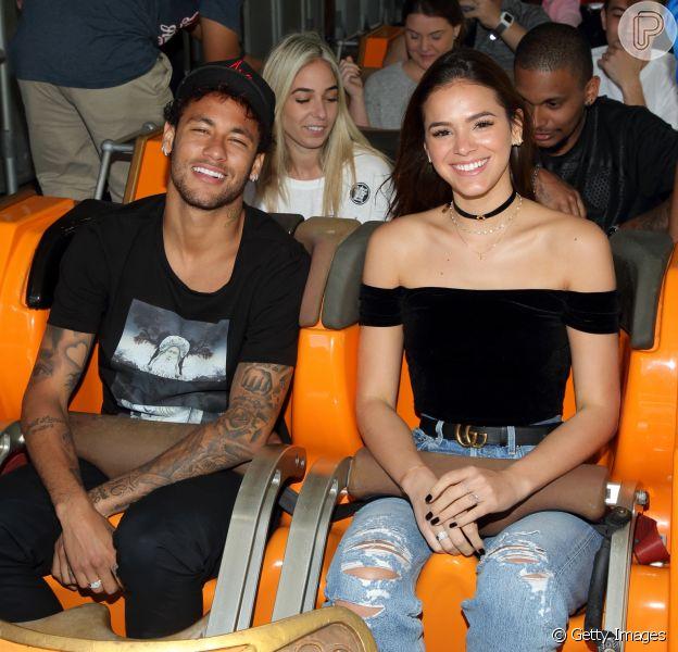 Bruna Marquezine alia conforto e estilo em looks de viagem com Neymar