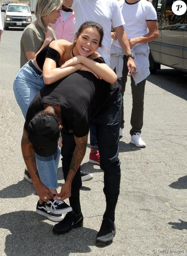 Bruna Marquezine se diverte ao ver namorado, Neymar, amarrando seu tênis