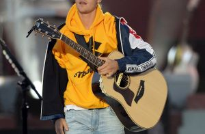 Justin Bieber assume que não sabe cantar 'Despacito' e fã joga objeto no músico