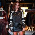 A atriz Bruna Marquezine combinou saia e jaqueta de couro para o lançamento de coleção da grife John John, em São Paulo, no dia 22 de março de 2017