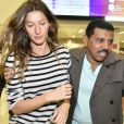 Gisele Bündchen foi cercada por seguranças ao chegar em São Paulo