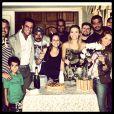 Carolina Dieckmann posa com os colegas de elenco durante festa de despedida