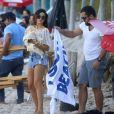 Isis Valverde relaxa na praia em dia de folga