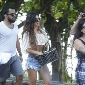 Isis Valverde, com barriga de fora, mostra boa forma em passeio na praia. Fotos!