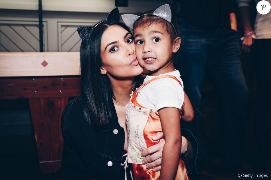 Kim Kardashian dispensa sutiã em passeio em família