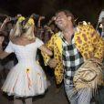 Deborah Secco, com look de noiva, dança quadrilha com Henri Castelli em festa junina