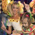 Maria Flor, filha de Deborah Secco, rouba a cena em festa junina no Ceará