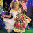 Deborah Secco, com look de noiva, se diverte com Maria Flor em festa junina no Ceará
