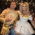 Deborah Secco e Henri Castelli posam para fotos em festa junina